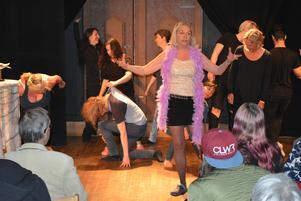 Agneta Holmström engagerar publiken i den improviserade sketchen. Foto: Ann-Christin Tjernström