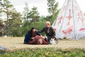 Vaino (Mikaela Pålsson) tröstas av Arnljot (David Nordling) efter Ubmas (Mattias Nilsson) död.