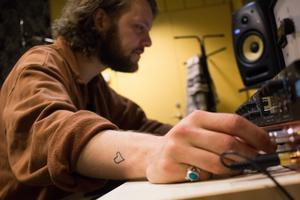 Ljud är en av de saker som inspirerar Niklas Willar Lidholm i sitt musikskapande. – Ljud jagar igång kreativiteten och talar om för mig vart det ska ta vägen., säger han.