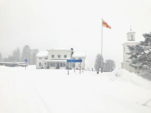 På en adress i Nordingrå ska kvinnan ha hittats död.
