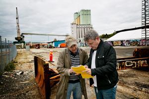 Hösten 2015 berättade Håkan Buller (S), stadsbyggnadsnämndens ordförande, för LT:s reporter Jalmar Carlson om kommunens planer på att göra Uthamnen till en ny stadsdel med bostäder i stället för industriområde. Nu börjar planerna ta form.Arkivfoto: Magnus Grimstedt