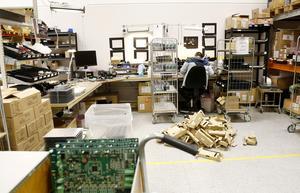 Delar av monteringen och bygget av de moduler som produkterna ska husera sköts manuellt.