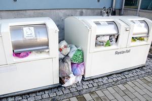 Enligt kommunen har Mittsverige Vatten&avfall ett ansvar att meddela hyresvärden eller väghållaren om sopbilarna inte kan ta sig fram.