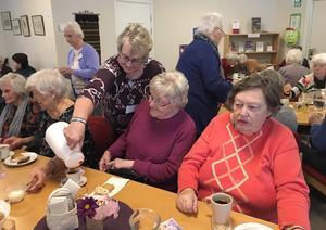 Gittan Forsberg serverar kaffe till Irene och Birgitta.