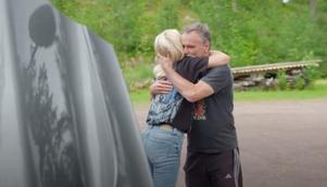 Hannahs och Magdalenas pappa Kenneth Graaf  kramar om sina döttrar varmt när de kommer hem till Älvdalen.