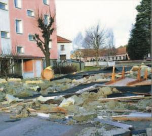 Stora delar av taket på ett av hyreshusen i bostadsområdet Korpen låg efter Gudruns stormvindar på Hantverksgatan. Isolering och fyllnadsmaterial låg spritt över hela centrala Mariannelund.