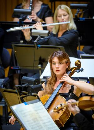 En av torsdagskonsertens fyra cellister, Kristin Malmborg. I bakgrunden flöjtisten Linda Taube.Foto: Lennart Hyse