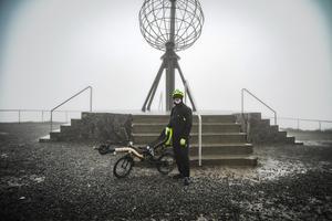 Johan Sjölund vid startpunkten uppe på Nordkap, Norge.