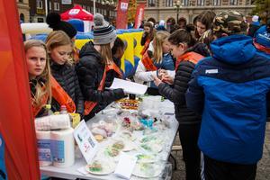 Eleverna hjälptes åt att sälja fika.