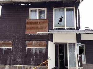 Dagen efter den omfattade branden av ett andelshus i Åre så var räddningstjänsten på plats och vädersäkrade byggnaden.