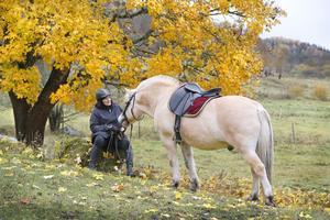 Ridningen är ett sätt att koppla bort arbetet för en stund. - Man måste alltid vara koncentrerad på hästen när man rider, säger Ulla-Marie Hellenberg. Men tankarna far ju iväg också.