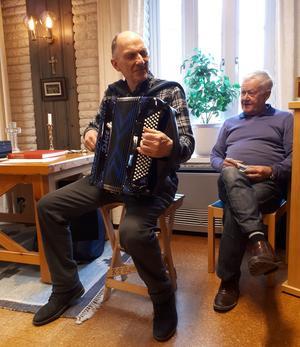Karl-Erik Dufvenberg och Karl-Ove Ljunglöf underhöll med medryckande musik som framfördes på dragspel och munspel.