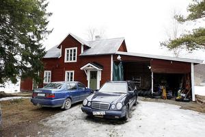 Här i det gamla gårdshuset har Kingen sin studio. 