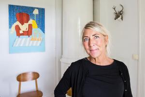 50-tal, konst och lite skämtsamma inredningsdetaljer finns det gott om hemma hos Stina och Pelle Strömberg. På väggen Stinas målning.