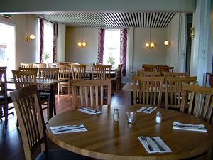 Inventarierna, till exempel bord och stolar i restaurangdelen, skulle säljas separat för 250000 kronor inklusive mervärdesskatt.
