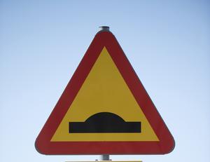 Viktigare att få ner farten på lastbilar och bussar, anser skribenten.