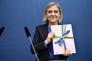 Finansminister Magdalena Andersson (S) med regeringens vårändringsbudget. Foto: Naina Helén Jåma/TT