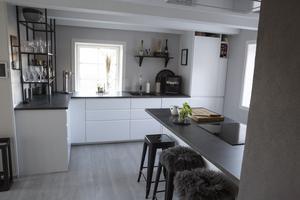 Köket har precis som resten av huset totalrenoverats av Anders, Gabriella och alla snälla släktingar.