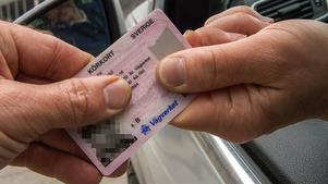 Något körkort hade inte den man från Skåne som ska ha kört bil på riksväg 70 i Borlänge i november. Nu åtalas han misstänkt för grov olovlig körning. OBS: Bilden är tagen i ett annat sammanhang. Foto Jonas Ekströmer/TT