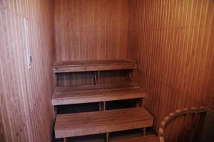 I källaren  finns bastu och två omklädningsrum med duschar.