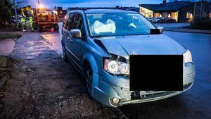 Bilen körde in i avspärrningens kortsida, krockkuddarna löste ut men föraren klarade sig från skador som krävde omedelbar sjukhusvård.