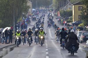 231 mopeder i kortege åt båda håll på Dalgatan.