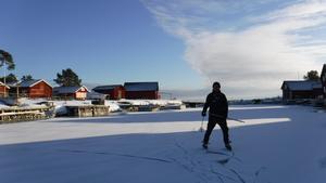 Carl Hedlund har kunnat åkt skridskor på isen i Agöhamn i vinter.