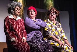 """Rondeller och höghus präglar stadens utveckling. Tre tanter beklagar sig """"De bara river, de bara gräver..."""