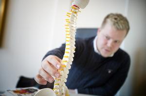 Smärta i ryggen är en av de vanligaste orsakerna till att folk söker upp naprapat Daniel Høeg.