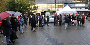Ett femtiotal personer trotsade regnet och var med på manifestationen vid Våghustorget i Örebro på tisdagen. 15 oktober kallas numera metoo-dagen.