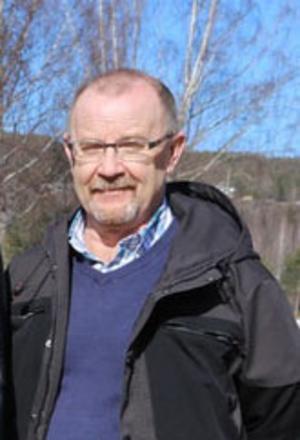 Roger Johansson, ordförande i utskottet för Samhällsutveckling,  berättar att de ska skärpa tillsynen  av de som samlar skrot och dumpar det på sina tomter. Foto: Arkivbild