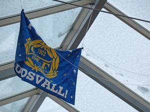 GIF Sundsvalls flaggan som hängdes upp i polishuset Östersund.