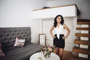 Sofia Jannati har hunnit flytta ett antal gånger och har lärt sig att fokusera på funktionella möbler och att göra sig av med sådant hon inte behöver.Foto: Erik Simander/TT