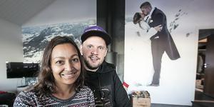 Hemma hos Thomas och Seema Wärdell i Ås framför fototapeten som är tagen på Stakafjällets topp.