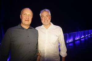 Markku Sipola och vännen Göran Eriksson från Sandviken ville inte missa konserten som här precis skulle starta. Enligt Markku har han alltid gillat Lars Winnerbäck och av de båda vännerna är han artistens största fan.