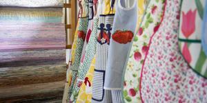 Förkläden och trasmattor tillhör sådant som är till försäljning i det gamla godsmagasinets sommarutställning. Vernissagen är söndagen den 23 juni.