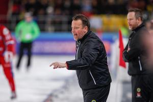 Svenne Olsson var knäckt efter finalförlusten. En timme efter match har han fortfarande svårt att prata om känslorna efter 4–5-förlusten mot Ryssland. Bild: Rikard Bäckman / Bandypuls.se / TT