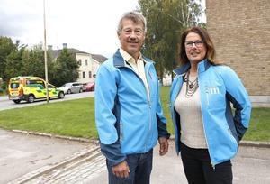 En timmes väntan på ambulans kan vara för lång tid då det handlar om liv eller död och långa avstånd. Ola Karlsson och Christina Johansson för Moderaterna anser att räddningstjänsterna i Örebro län ska få utökade befogenheter, förutom hjärttopp även få ingripa vid andnöd och massiv blödning.
