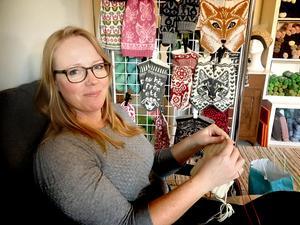 En stund in i LT:s intervju kunde Jenny Alderbrant alias Jenny Penny inom stickvärlden inte hålla sig längre utan fram åkte stickorna och den påbörjade mössan.