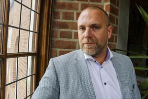 Kommundirektör Anders Wennerberg menar att det måste till nya politiska beslut innan rådhusprojektet kan komma vidare.