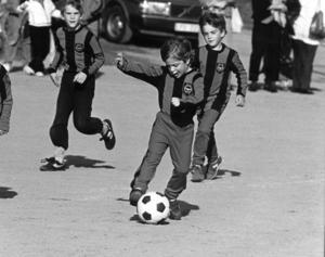 Prins Carl Philip spelar fotboll 1985. Foto: TT