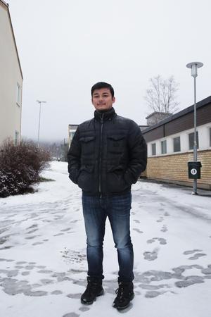 Niaz Nazari trivs med sitt liv i Uppsala där han bor tillsammans med sin flickvän. Tröttnar han på jobbet som bilmekaniker ska han plugga till träslöjdslärare.