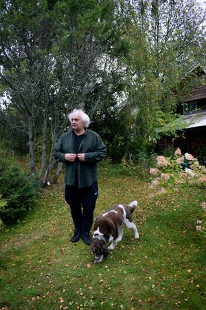 Göran Greider har alltid hunden Stina i hasorna.