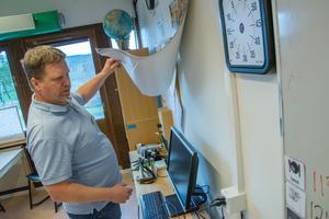 Här på väggen i bildsalen i Lugnvik upptäcktes en stor mögelskada.
