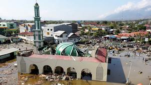 Jordbävningen skonade inte ens en moské i staden Palu, taket rasade in. Därefter kom flodvågen och svepte med sig människor och förde in bråte och orenheter över området. Människor som klarat sig mer eller mindre oskadda söker i området efter fastklämda. Flodvågen och jordbävningen har slagit ut elektricitet och vattenförsörjning.