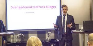 Roger Hedlund (SD) presenterar SD:s, KD:s och M:s gemensamma budgetförslag. I Ockelbo. foto:gd.se
