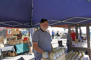 Rönny Moström säljer honung.