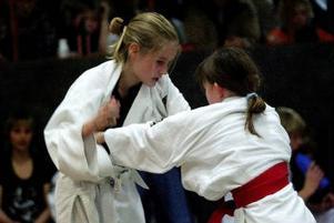 11-åringarna Victoria Mortensen-Nilsson (rött bälte) och Anna Estefors är bästa kompisar – och konkurrenter på judomattan.