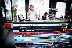 Ett par dagar i veckan står Nina Arnemo bakom receptionsdisken på hotellet i Engelberg. Nu efter tre år på hotell Ski Lodge är hon receptionschef.