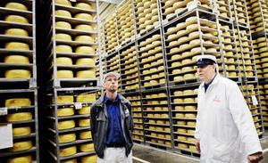 I dagsläget förvaras 200 000 ostar i Milkos ostlager. Före den sista september ska alla vara slut och alla anställda ha lämnat arbetsplatsen. Avdelningschef Eric Berg och ostmästare Sven-Erik Persson tycker båda att det är en epok som går i graven.